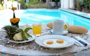Breakfast around the swimming pool - Villa Sisavad in Vientiane